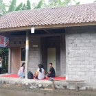"Karuna Bali's team visited Sudi's house. This house had been renovated by ""Bedah Rumah"""